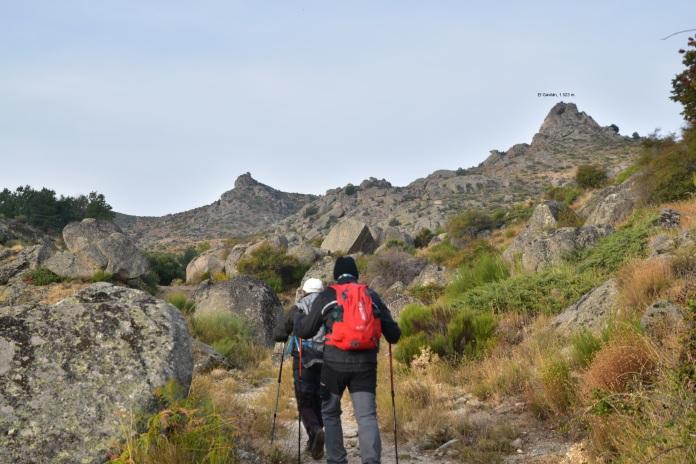 El Gavilán (al fondo a la derecha) con sus 1.523 m es de difícil acceso